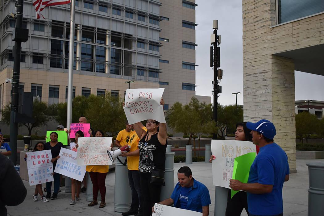 Yeni Ortega y sus dos hijas de 8 y 12 años de edad se manifestaron en contra del odio y la vio ...
