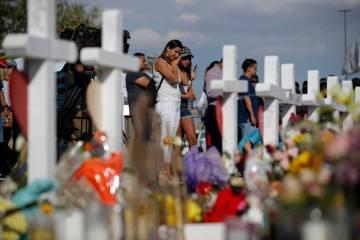 Gente visita un memorial el lunes, 5 de agosto de 2019 en el lugar de un tiroteo masivo en un c ...