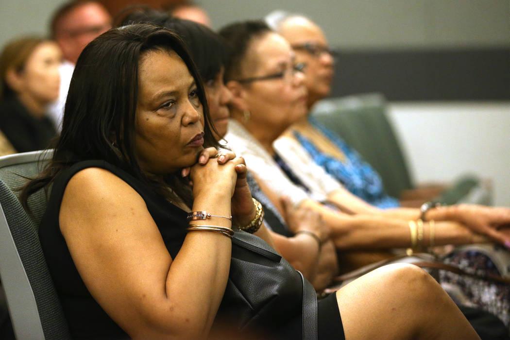 Rita Harris, a la izquierda, escucha argumentos para el caso que involucra a su primo Paul Brow ...