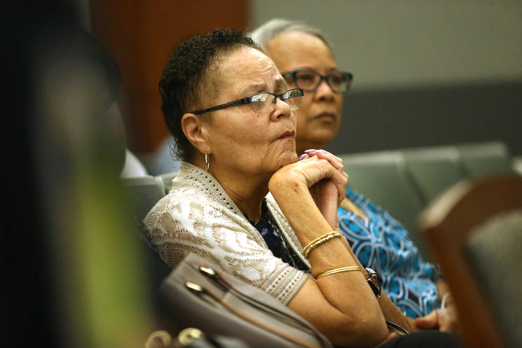 Dell Harris, con su prima Kathy Clayton, escucha los argumentos del caso que involucra a su her ...