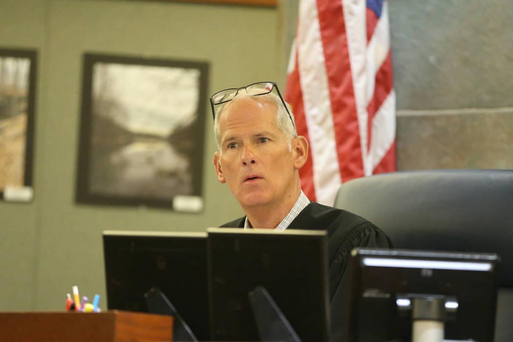Juez Douglas W. Herndon escucha argumentos para el caso que involucra a Paul Browning, quien es ...