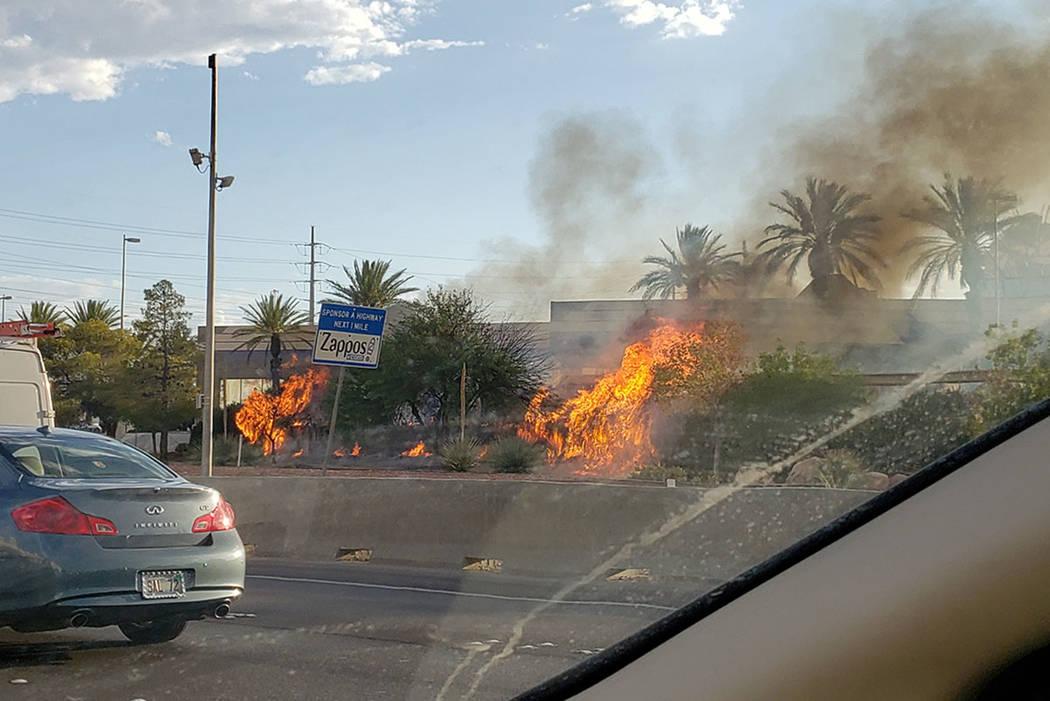 Un incendio arde cerca de los carriles hacia el sur de la I-15 en Las Vegas el jueves, 8 de ago ...