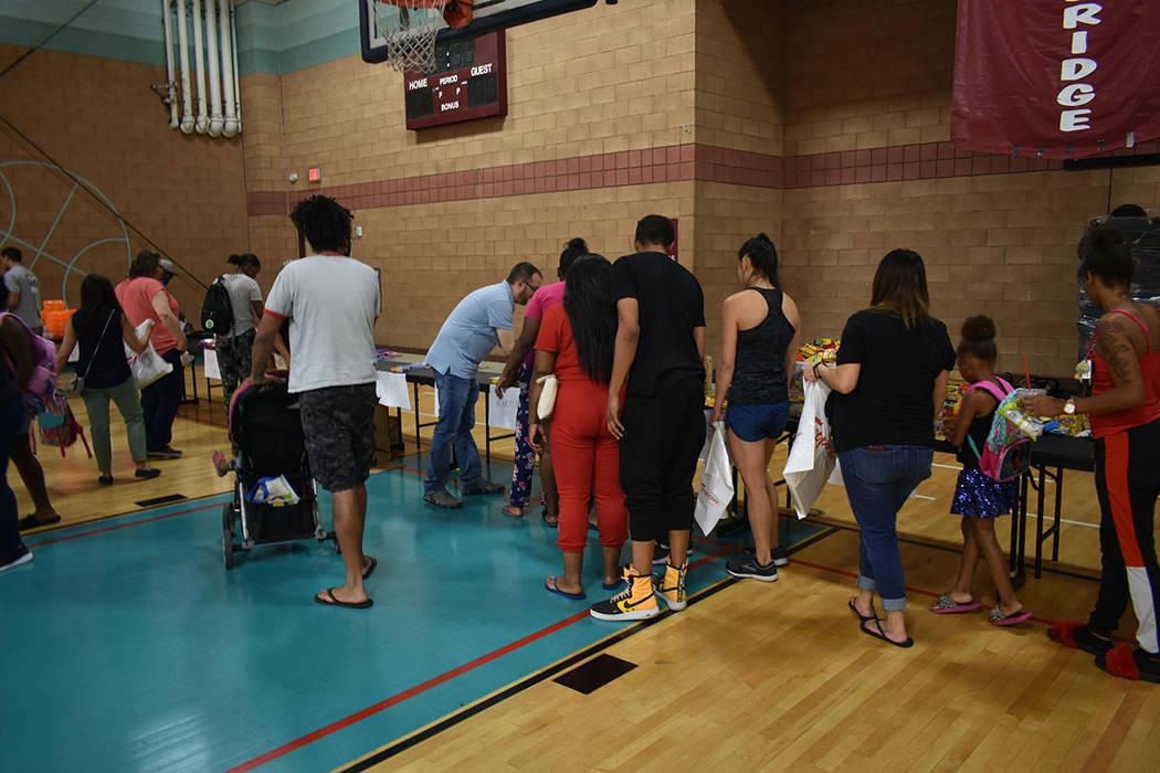 Voluntarios de NPHY ayudaron a más de 300 menores de bajos recursos en una feria de regreso a ...