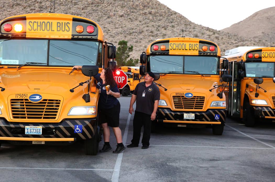 La conductora de autobús del Distrito Escolar del Condado de Clark, Christy Mattson, inspeccio ...