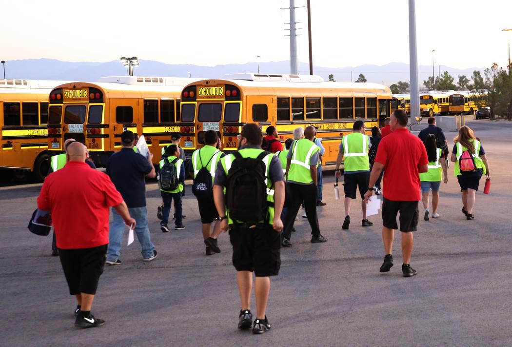 Conductores del Distrito Escolar arriban al Wallace Transportation Yard en Henderson durante el ...