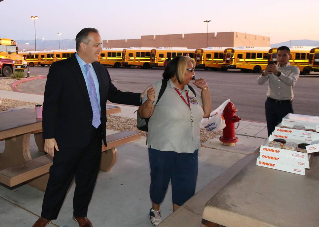 El Superintendente del Distrito Escolar del Condado de Clark, el doctor Jesus F. Jara (a la izq ...