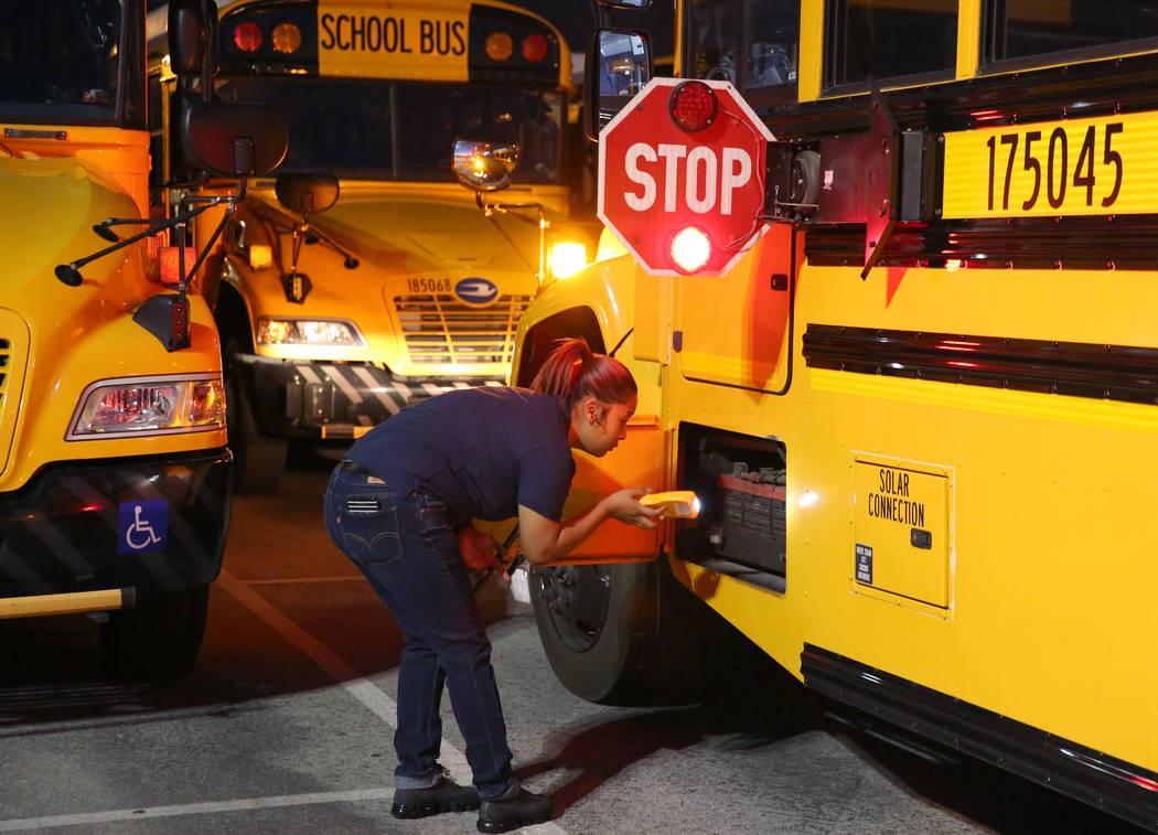 La conductora de autobús del Distrito Escolar del Condado de Clark, Alexis Quon, inspecciona s ...