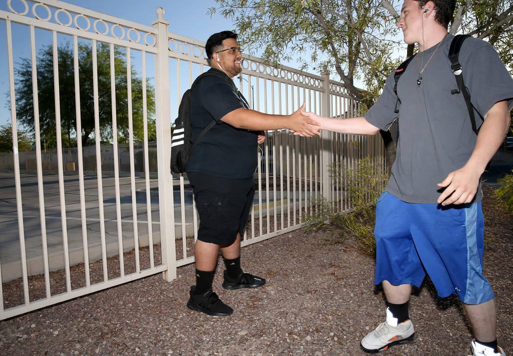 Bryan Mungia, estudiante de Sunrise Mountain High School, a la izquierda, saluda a un amigo que ...