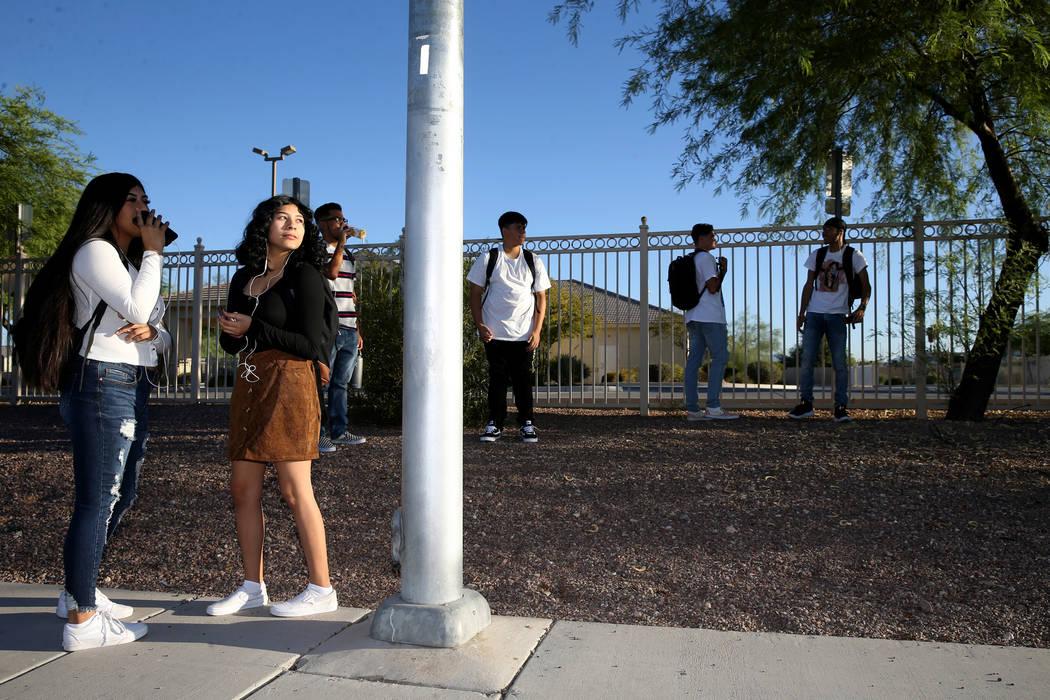 Azaleah Saldana, estudiante de último año de la Preparatoria Sunrise Mountain, a la izquierda ...