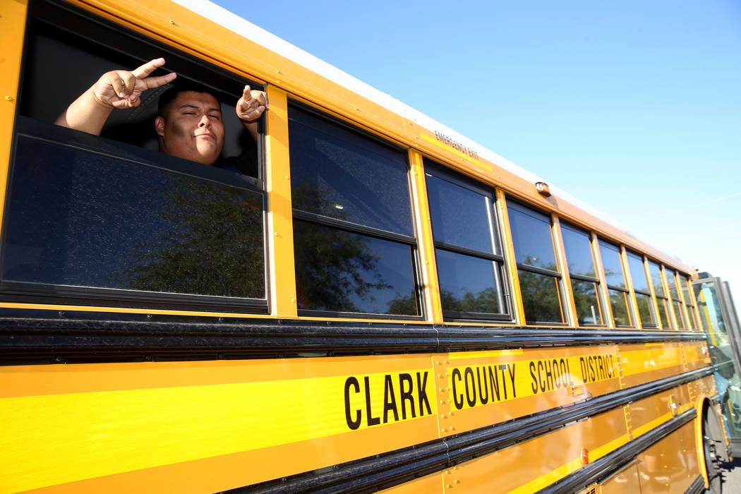 Un estudiante de la preparatoria Sunrise Mountain posa en el autobús escolar en East Owens Ave ...