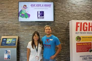 Mee Kee Chong, supervisora de enfermería de SNHD y David Pérez, promotor de salud de Immunize ...