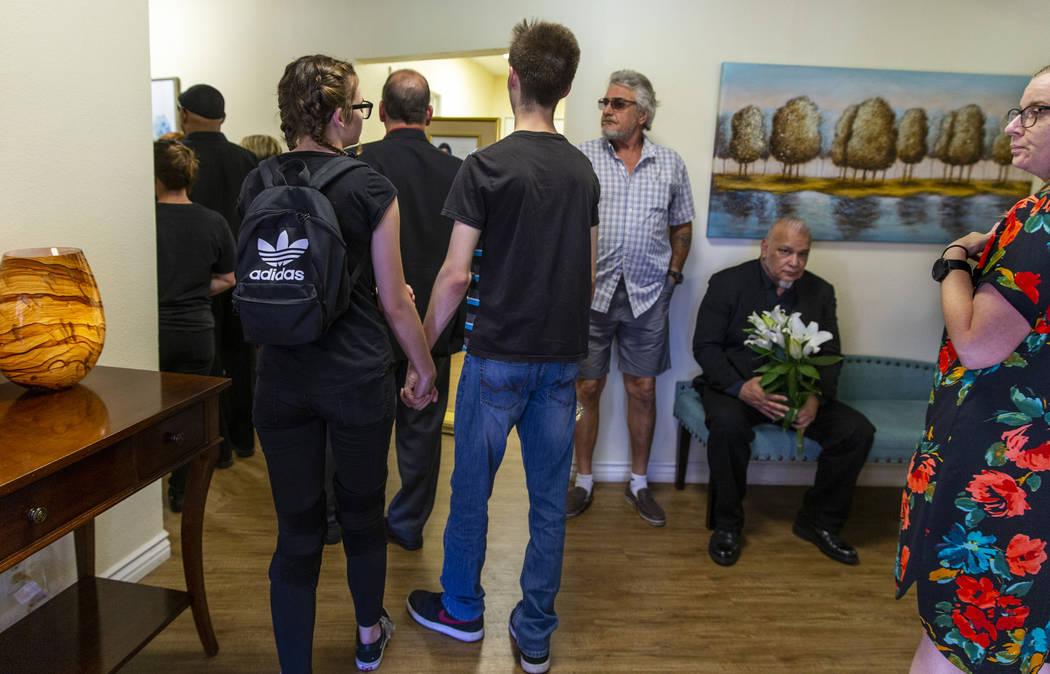 Los dolientes llegan al funeral de Harlee Deborski en la funeraria Davis el domingo, 11 de agos ...