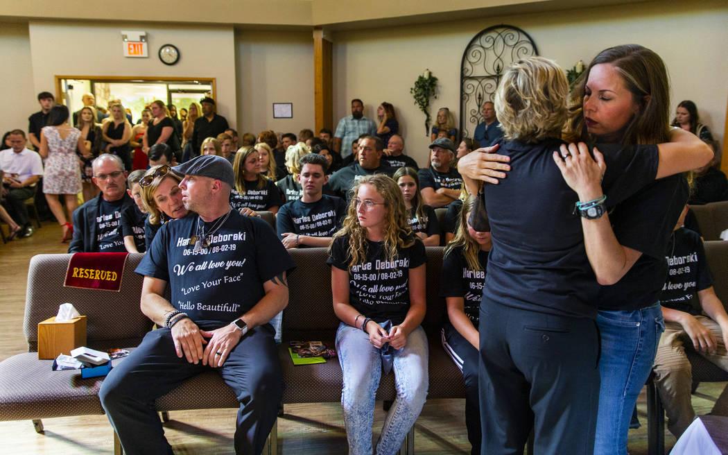 La madrastra de Harlee Deborski, Amanda Deborski, a la derecha, recibe un abrazo mientras ella ...