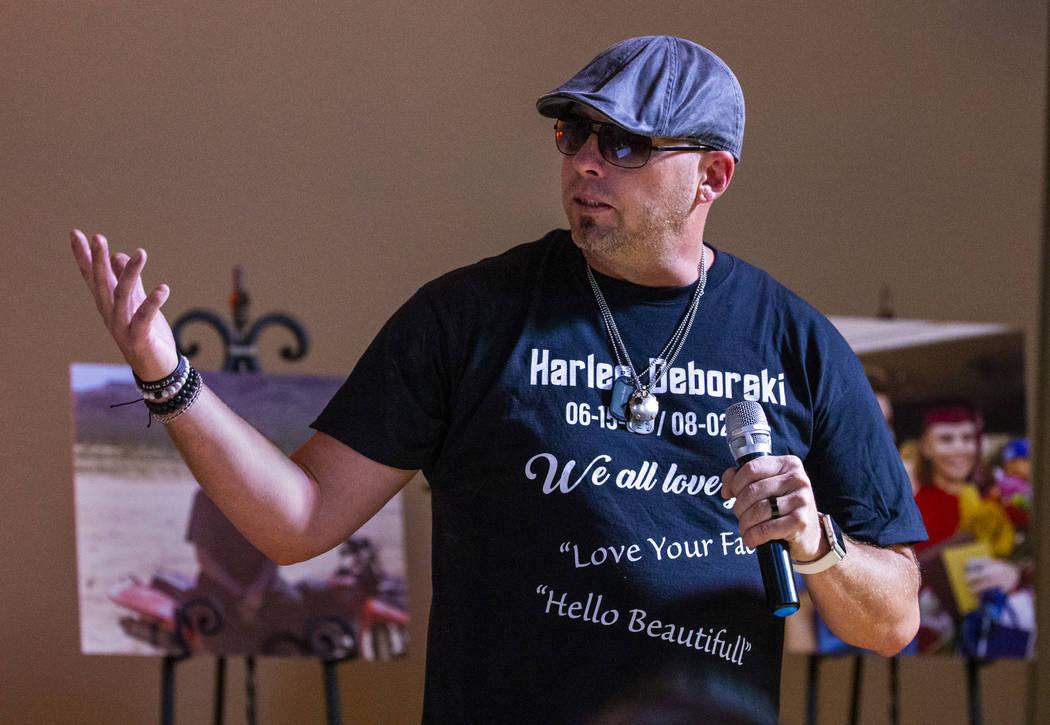 Jason Deborski habla sobre su hijo Harlee Deborski durante un funeral para él en la Capilla Fu ...