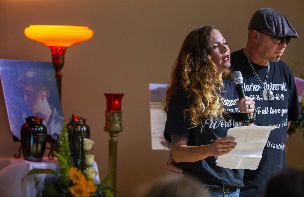 La madrastra de Harlee Deborski, Amanda Deborski, y su padre, Jason Deborski, hablan durante el ...