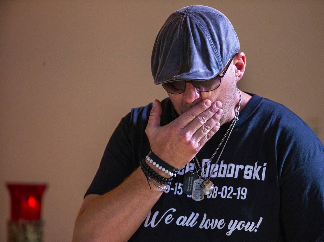 Jason Deborski se muestra abrumado por la emoción después de hablar sobre su hijo Harlee Debo ...
