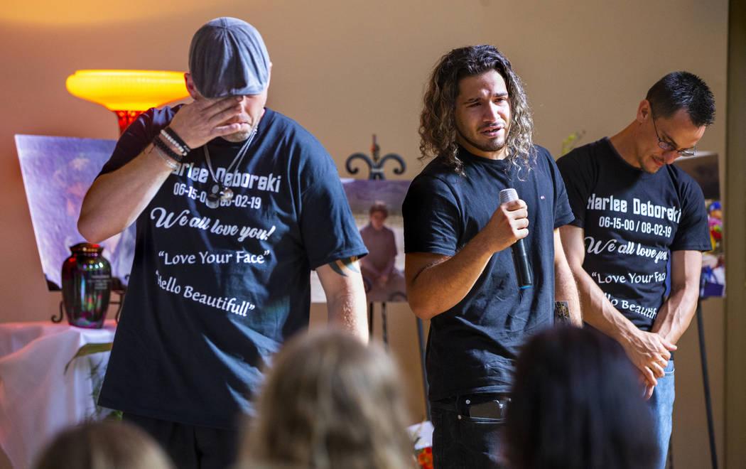 El padre de Harlee Deborski, Jason Deborski, a la izquierda, llora mientras el amigo cercano de ...