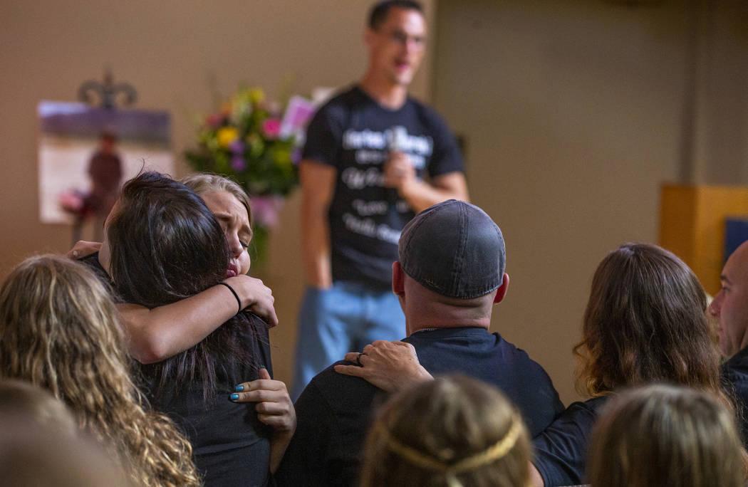 Chloe Lasping, a la izquierda, abraza a un familiar de Harlee Deborski durante su funeral en la ...