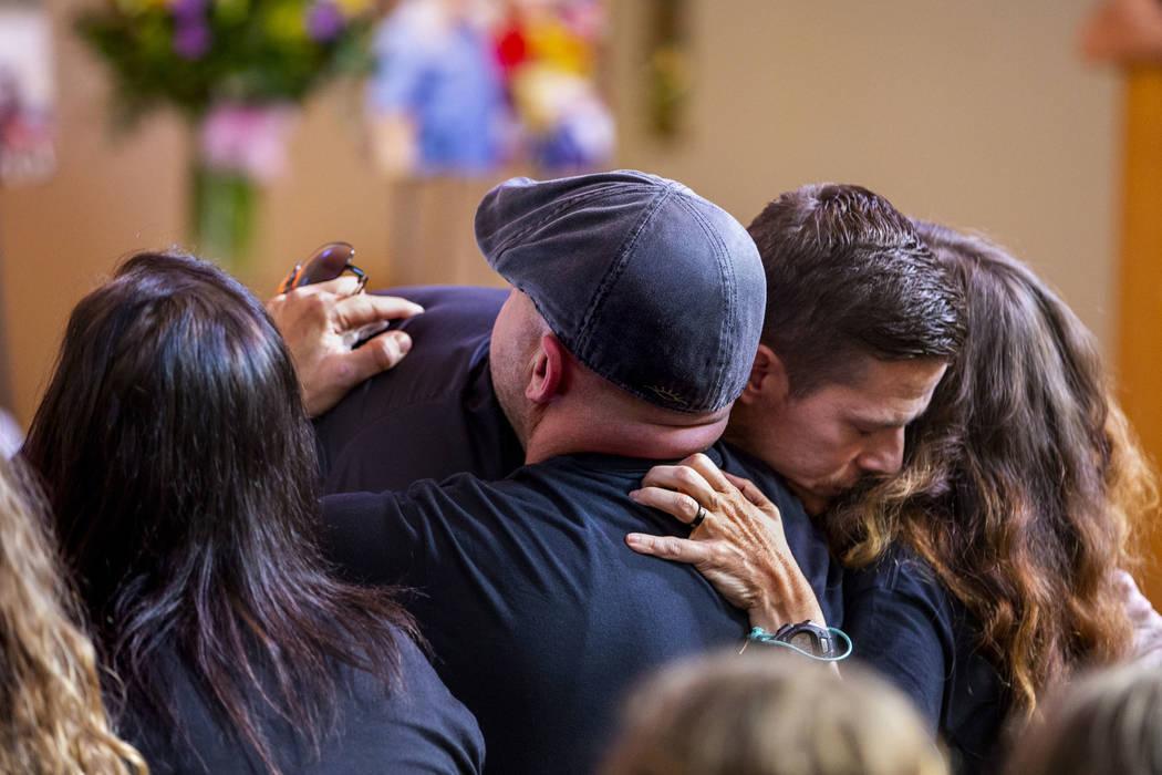 El padre de Harlee Deborski, Jason Deborski, centro, y la madrastra Amanda Deborski, a la derec ...