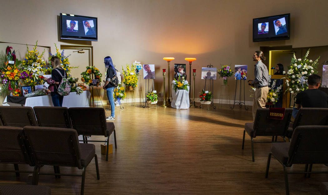 Un puñado de dolientes permanecen en la capilla después del funeral de Harlee Deborski el dom ...