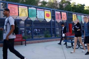 Estudiantes se dirigen a sus clases durante el primer día escolar en Liberty High School en He ...