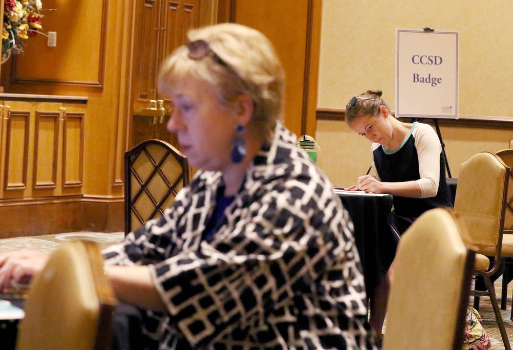 Ashley Robins, llena formularios durante el evento de contratación de maestros nuevos del Dist ...