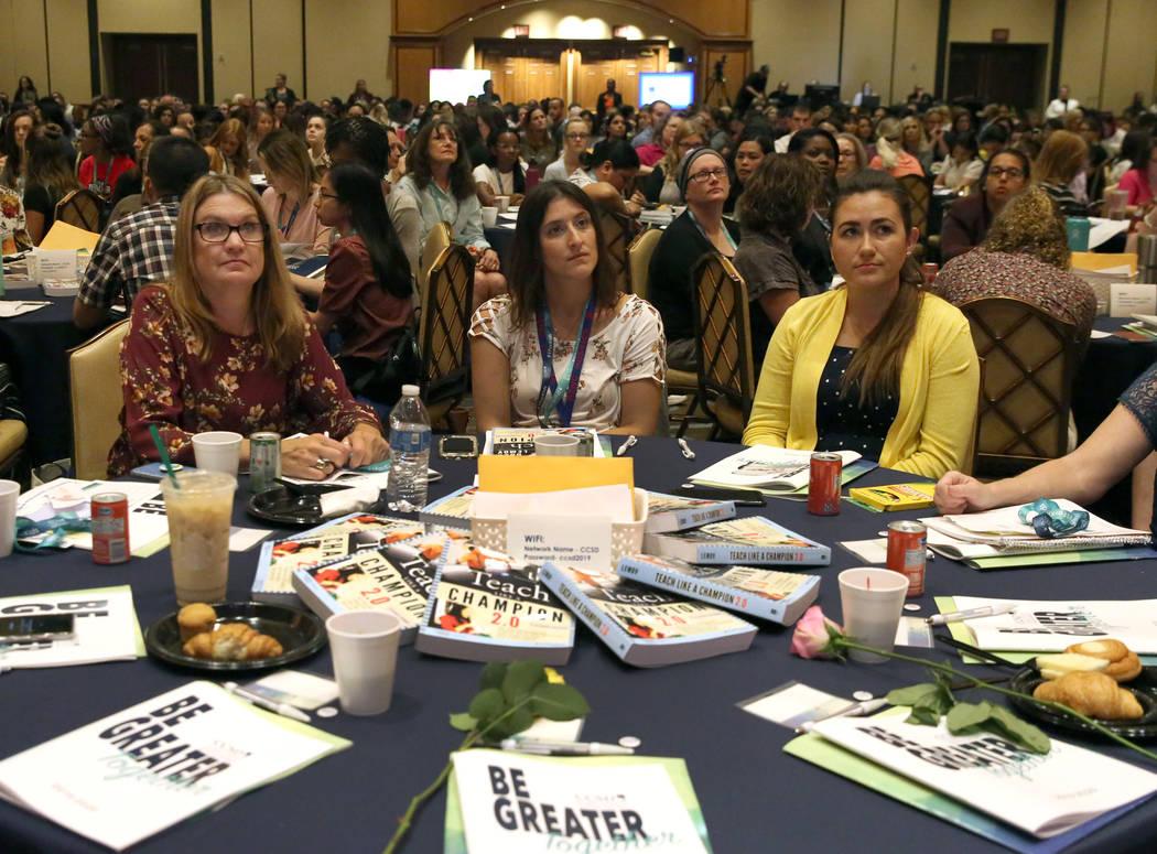 Mikki Cardella, izquierda, Sarah Paletz, centro, y Zoe Crow asisten al evento de contratación ...