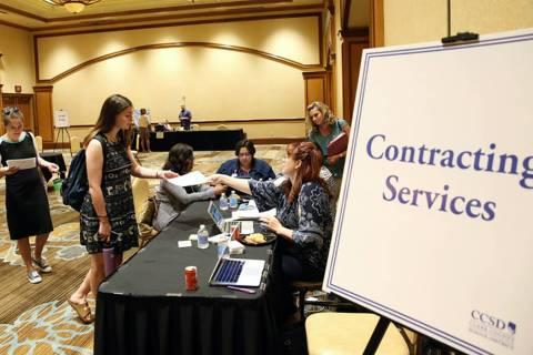 Ashley Robins, izquierda, y Catherine McDonnell hacen cola en el mostrador de Servicios de Cont ...