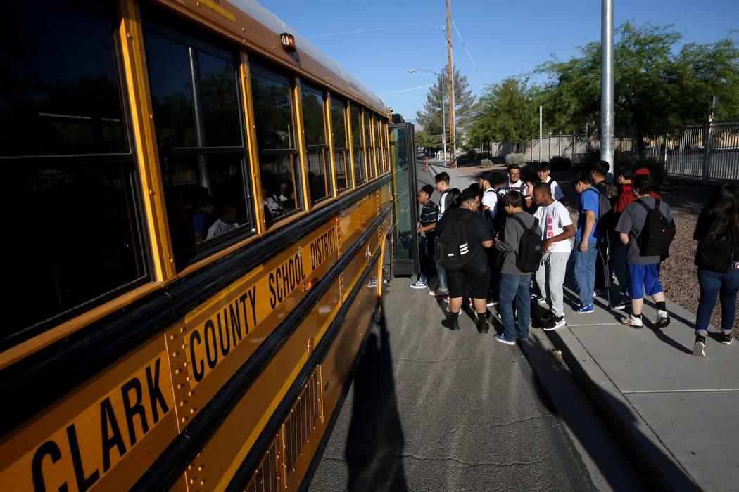 Los estudiantes de la preparatoria Sunrise Mountain abordan el autobús escolar en East Owens A ...