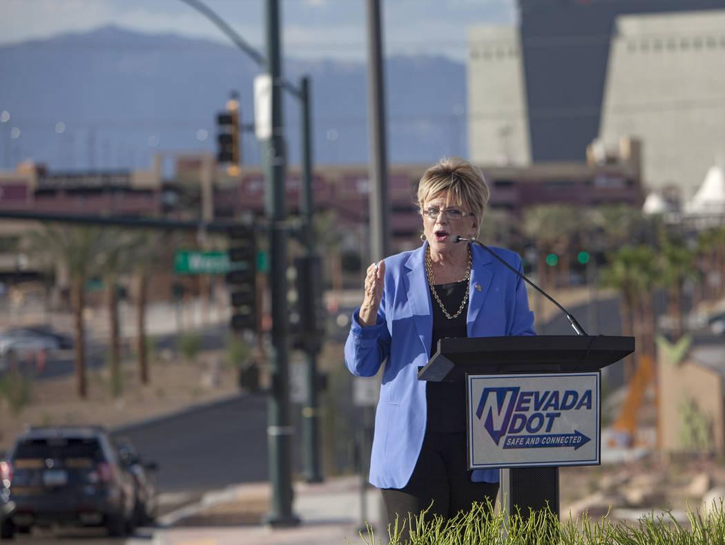La alcaldesa de Las Vegas, Carolyn Goodman, se dirige a los invitados frente a la reconstruida ...