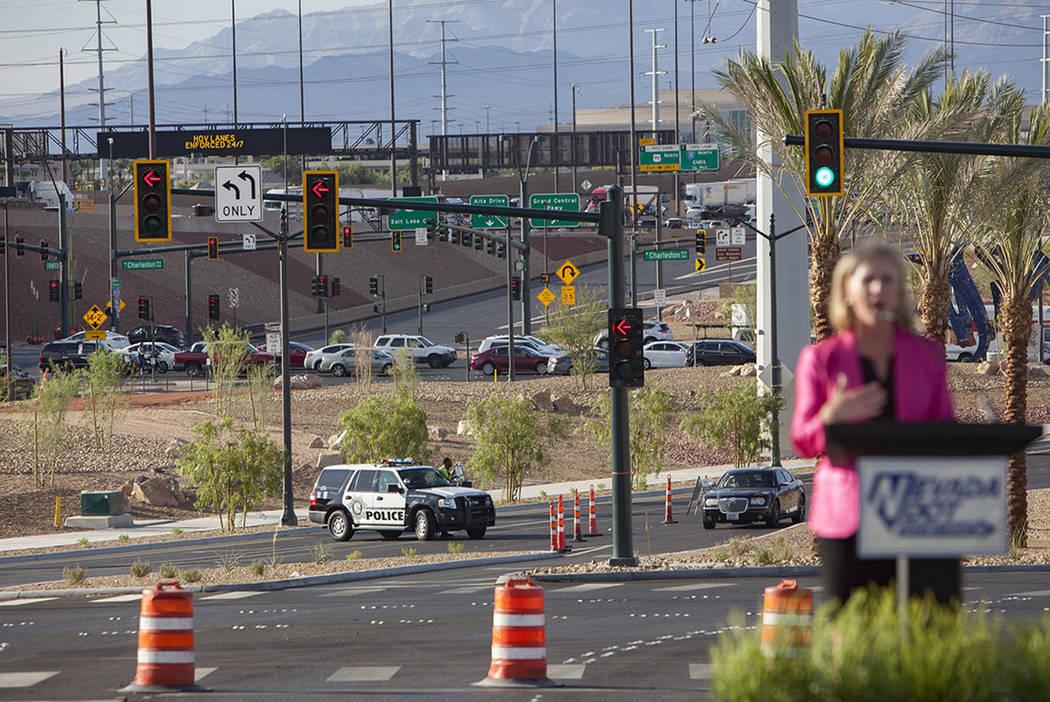 Kristina Swallow, directora del Departamento de Transporte de Nevada, se dirige a los invitados ...