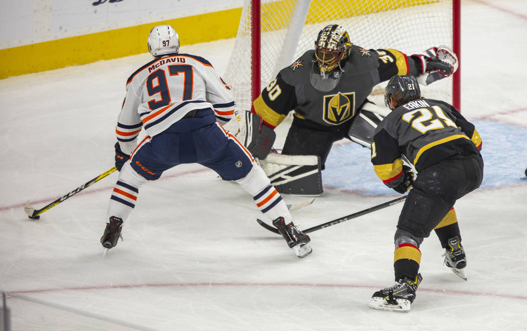 El centro de los Edmonton Oilers, Connor McDavid (97), mira el gol mientras Malcolm Subban (30) ...
