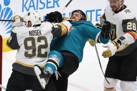 El alero izquierdo de los Knights, Tomas Nosek (92), golpea al defensa de los Sharks, Brenden D ...