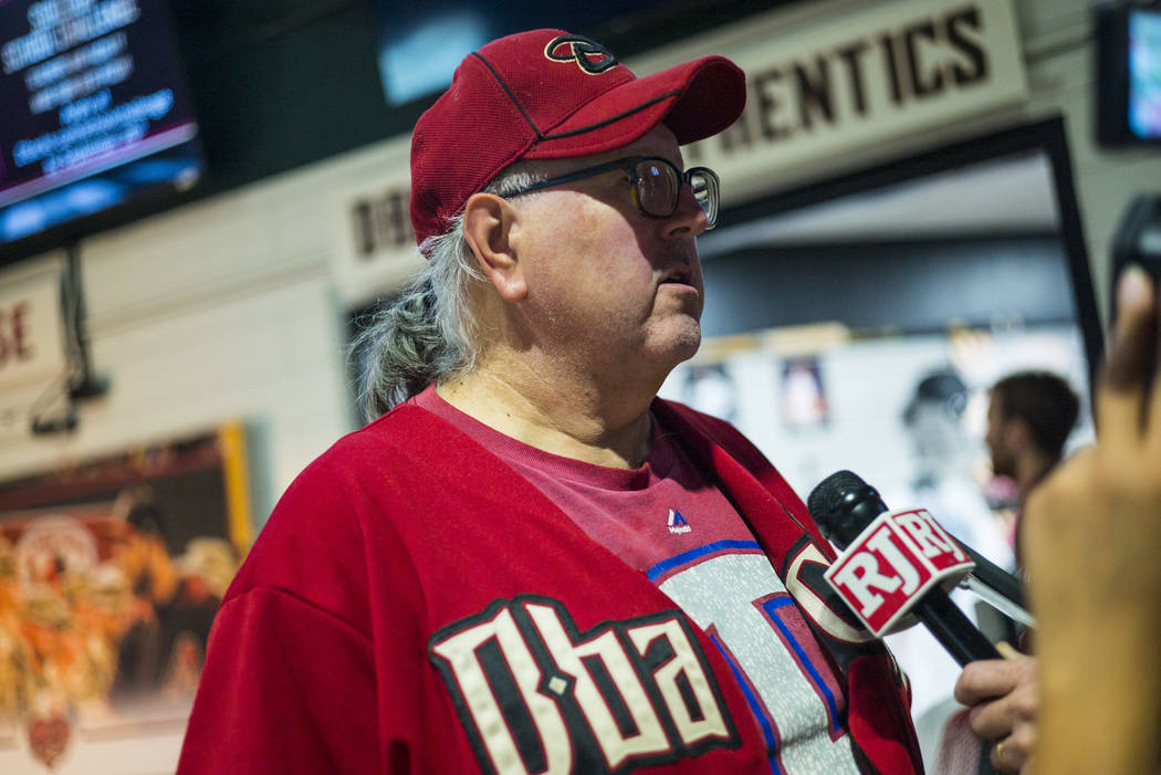 Blair Weicker, de Peoria, Arizona, habla sobre los Diamondbacks de Arizona antes de un partido ...