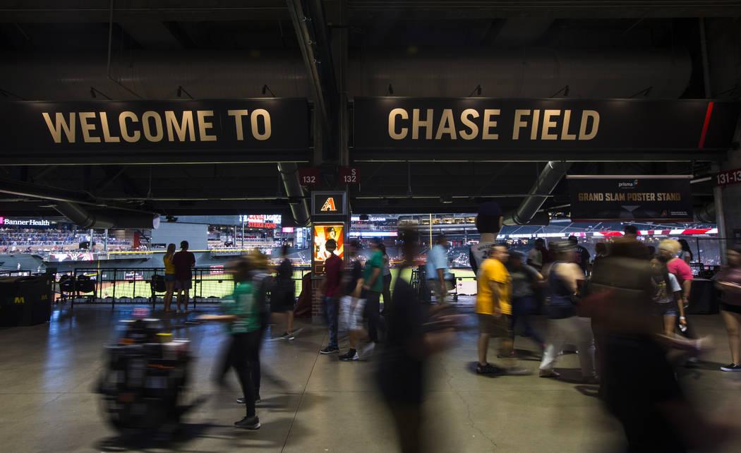 Los fans llegan antes del comienzo de un juego de béisbol de los Diamondbacks de Arizona contr ...
