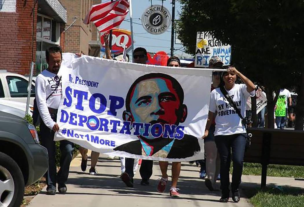 Esta imagen de archivo muestra a un grupo de latinos protestando contra el entonces presidente ...