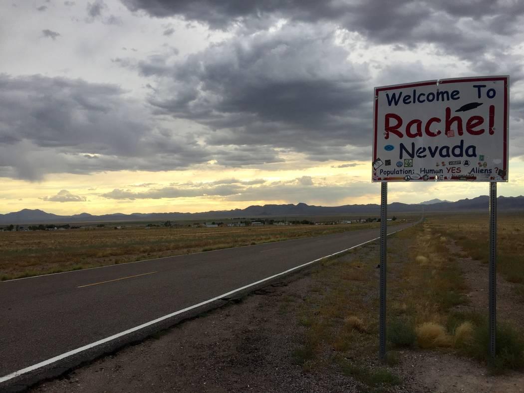 Rachel, una pequeña serie de casas a aproximadamente 10 millas de la base, es lo más parecido ...