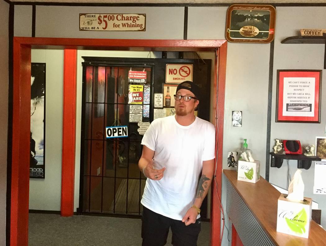 Sean Reasoner trabaja en el Sunset View Inn en Alamo. Es el primer establecimiento comercial qu ...