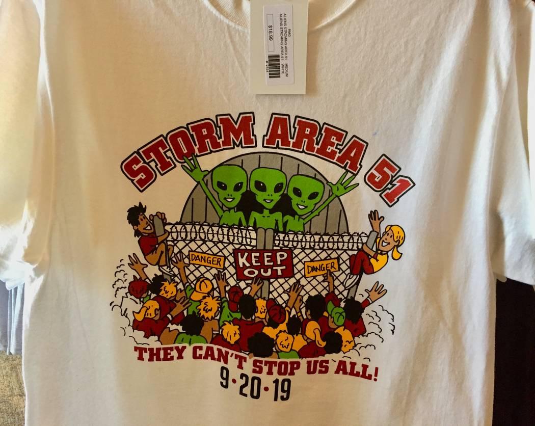 El Alien Research Center en Hiko está vendiendo camisetas en preparación para el 20 de septie ...
