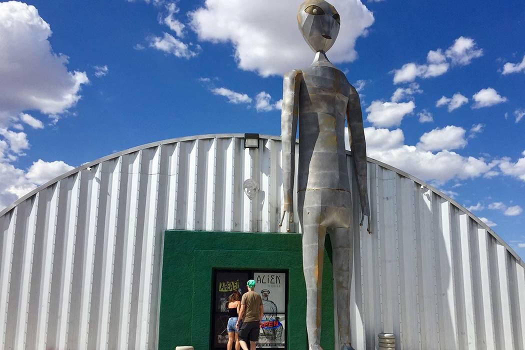 Los visitantes ingresan al Centro de Investigación Alienígena a lo largo de la carretera Extr ...