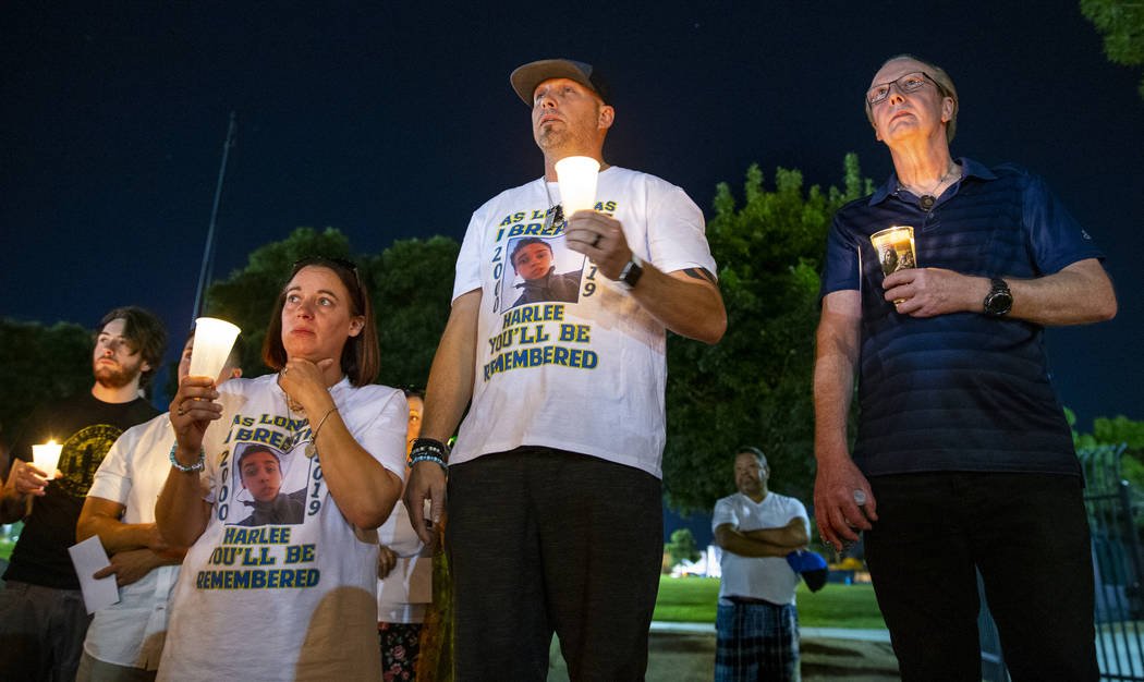 (Desde la izquierda) Amanda y Jason Deborski están con el padre de Timothy Bailey durante un v ...