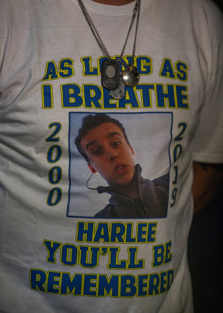 Una camiseta usada por Jason Deborski en honor a su hijo Harlee Deborski durante un velorio par ...