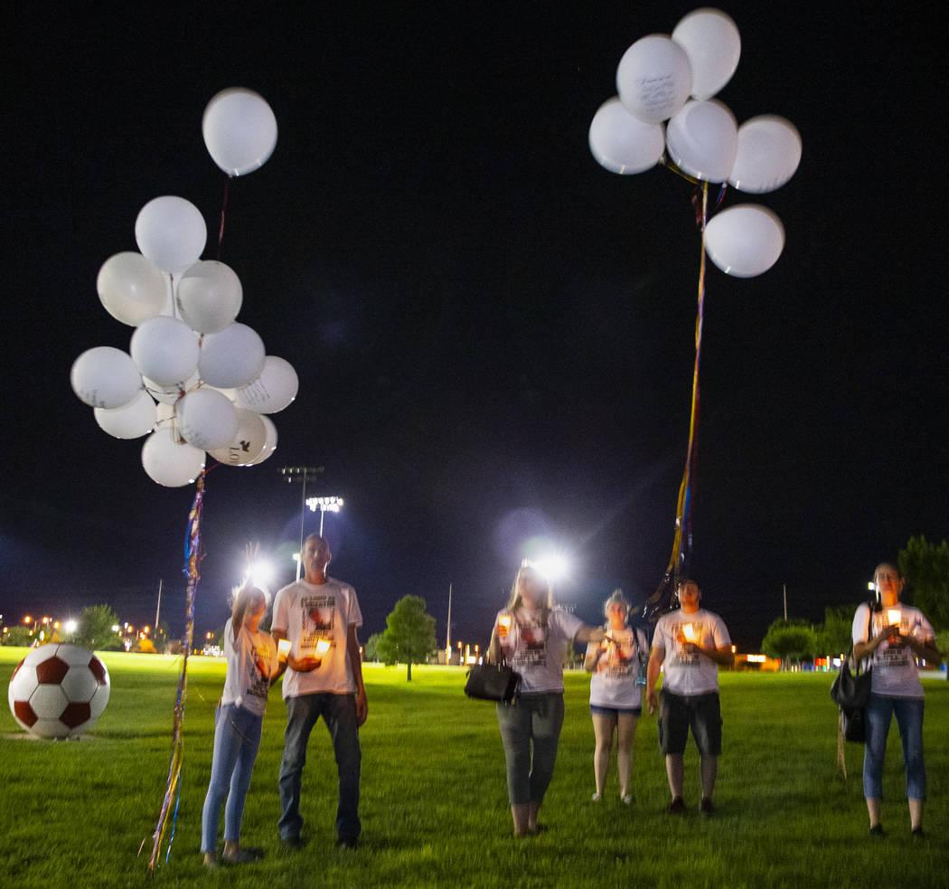 Dolientes lanzan globos durante un velorio para Harlee Deborski y Timothy Bailey en el Desert B ...
