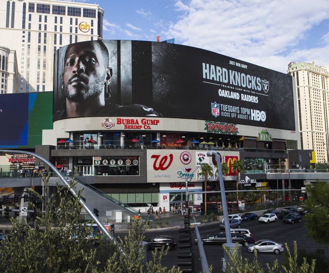 Una cartelera digital muestra a Antonio Brown de los Oakland Raiders en un anuncio de la próxi ...