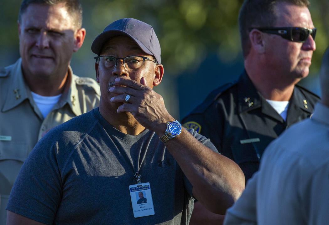 El subjefe de policía de Riverside City, Jeffrey Greer, reacciona en el lugar donde un tiroteo ...
