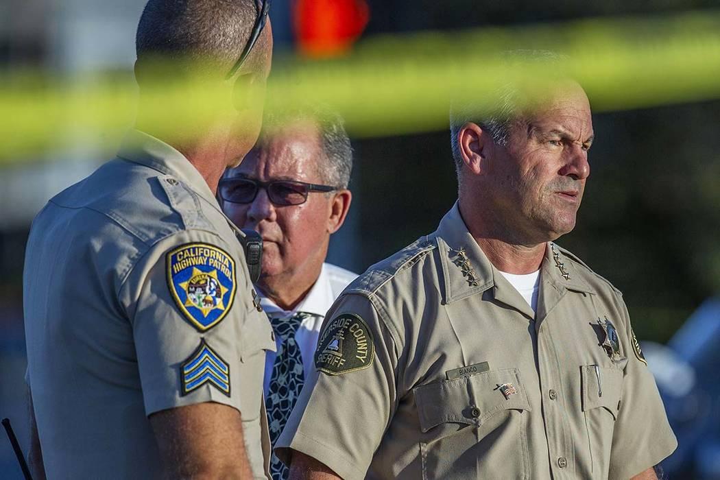 El alguacil del Condado de Riverside, Chad Bianco, a la derecha, con el jefe de policía de la ...