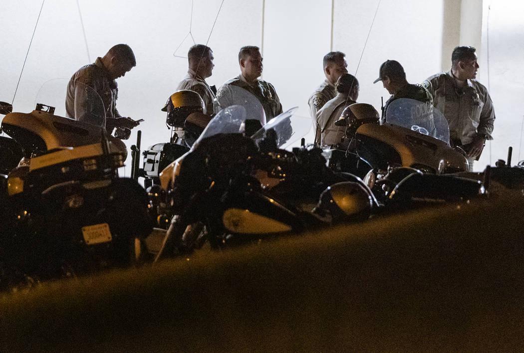 Oficiales de la Patrulla de Carreteras de California afuera de la entrada de la sala de emergen ...