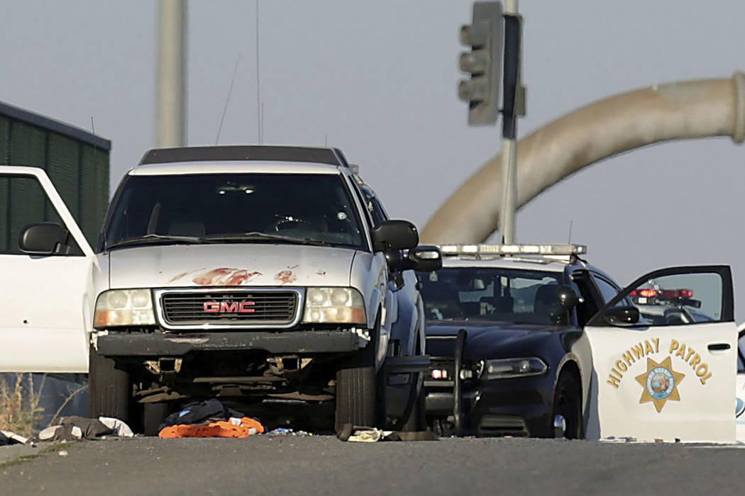 Las autoridades investigan la escena en el paso elevado de la avenida Eastridge sobre la Intere ...