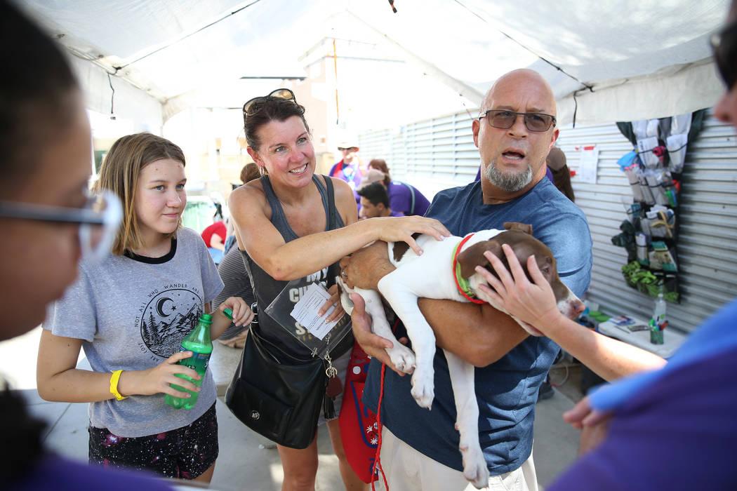 Jeff Oakie, a la derecha, con su hija Dada, de 12 años, a la izquierda, y su esposa Nicola, en ...