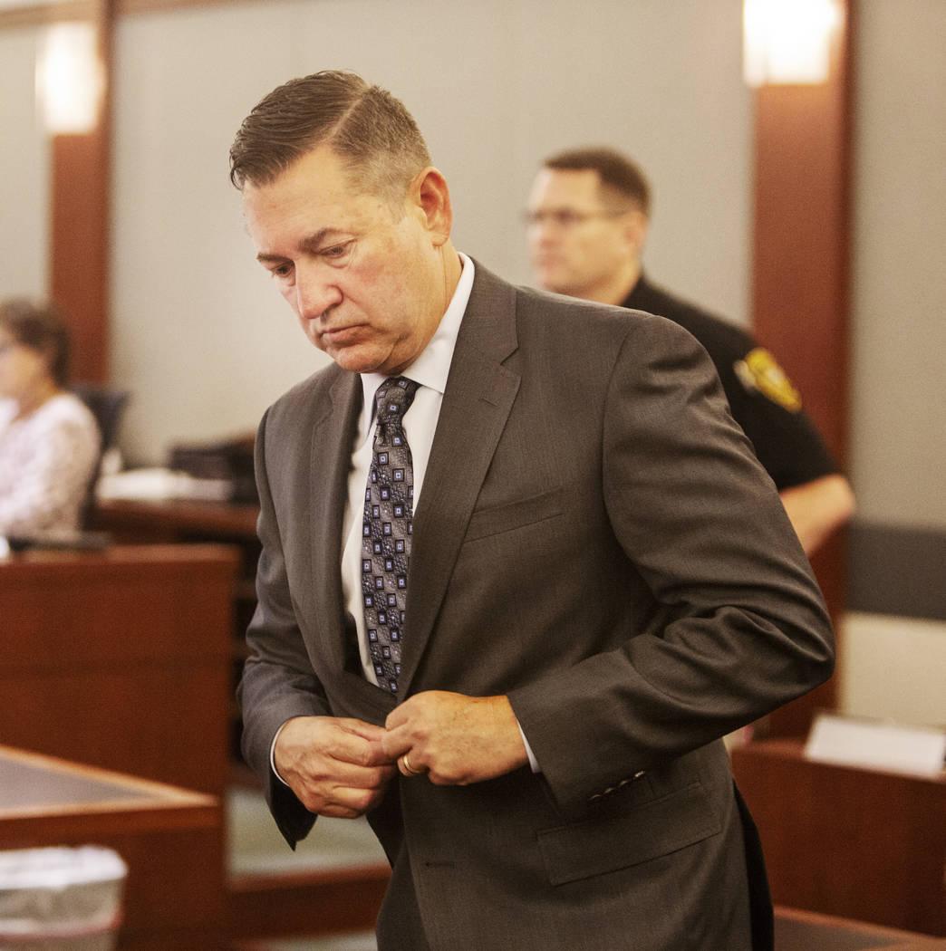 Scott Gragson camina al frente para su audiencia en la corte por un accidente fatal el jueves, ...